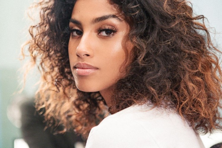 IMAAN HAMMAM INTO THE GLOSS